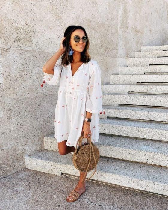 Outfit de vestido con sandalias