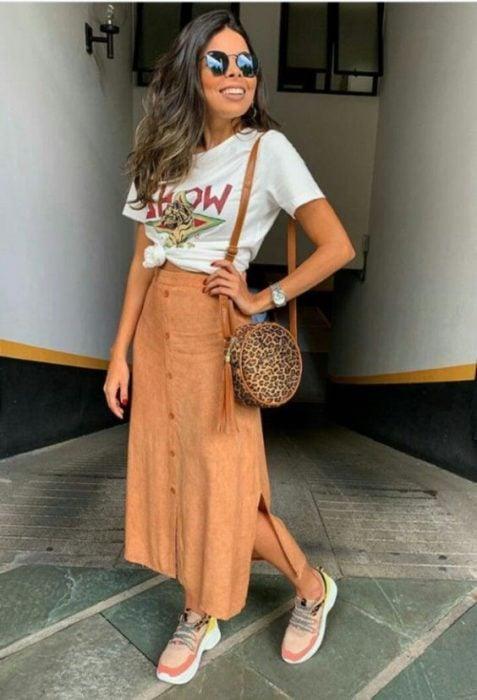 Outfit con tenis y falda