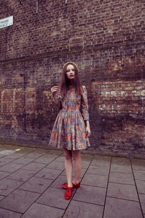 Outfit de vestido con zapatos tipo oxford