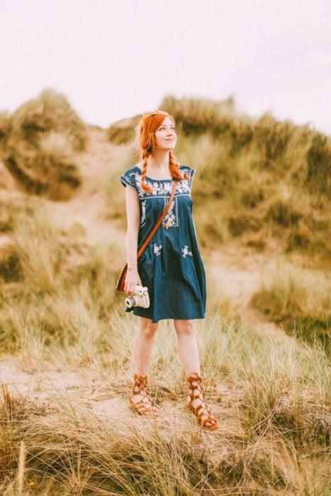 Outfit de vestido con sandalias altas