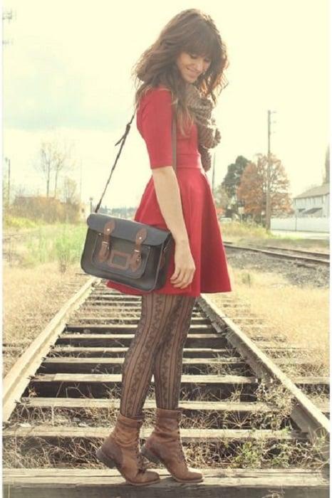 Outfit de vestido con botines y medias
