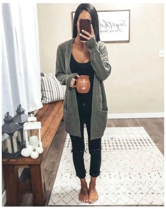 Chica usnado jeans y un cardigan