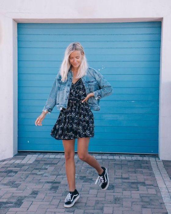 Outfit con vestido corto y tenis