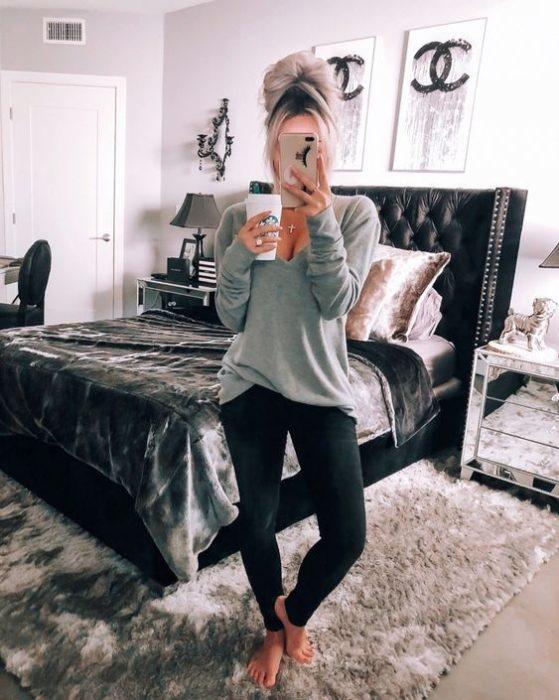 Chica usando leggings y un suéter holgado