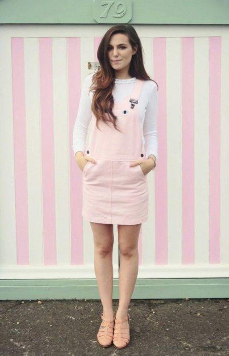 Chica usando overol rosado