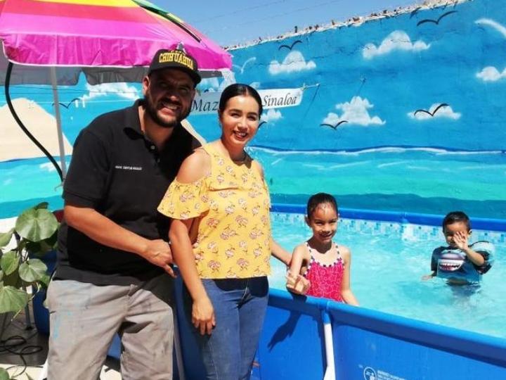 Papá crea playa en patio de su casa para su familia en cuarentena