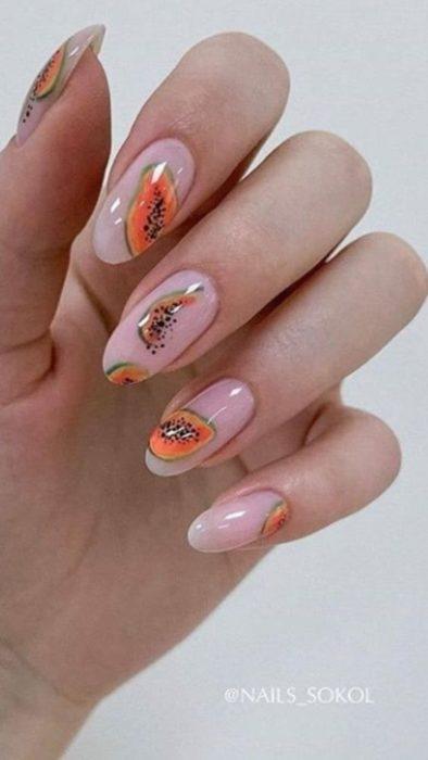 Diseño de manicure de papaya