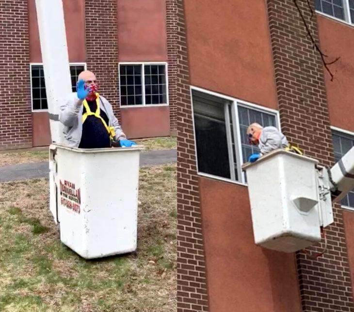 Nick Avtges, abuelo se sube a una grúa para visitar a su esposa en el tercer piso del asilo en medio de la cuarentena por coronavirus
