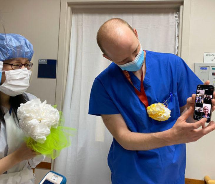 Shelun Tsai y Michael Sun, pareja de doctores celebra boda improvisada en hospital vía videollamada por coronavirus