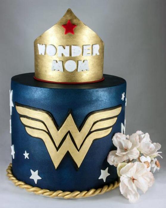 Pastel del día de las madres adornado con el diseño de Wonder Woman