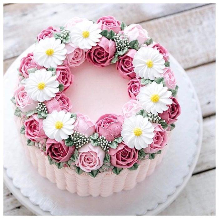 Pastel del día de las madres con frosting de fresa y adornos de fresa