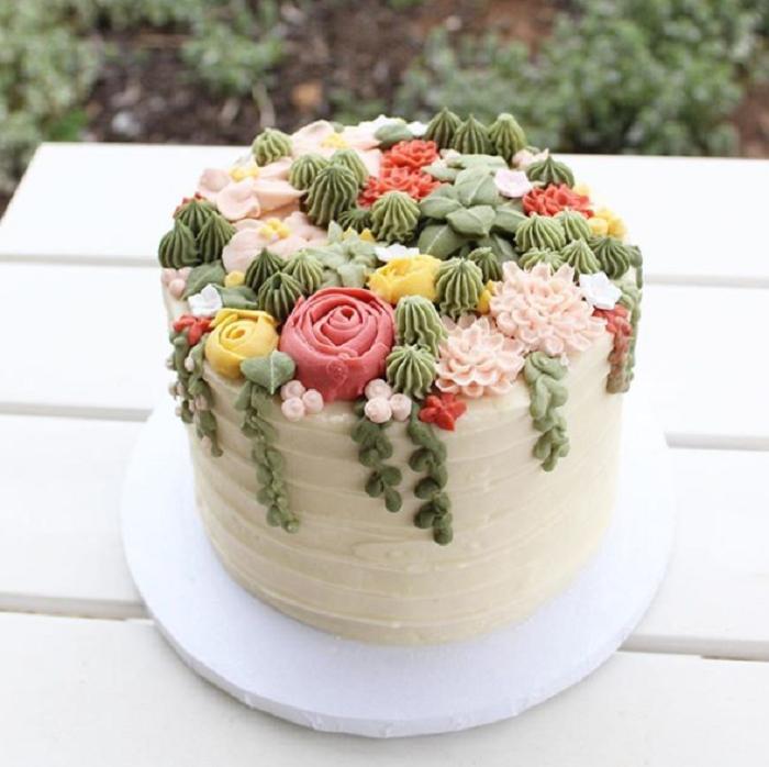 pastel con frosting de vainilla y adorno de suculentas de vetun