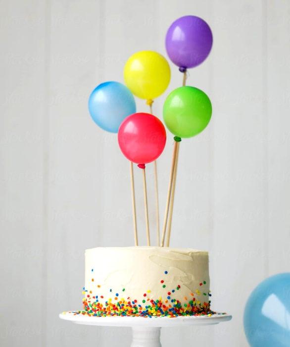Pastel infantil con confeti y globos para el Día del Niño