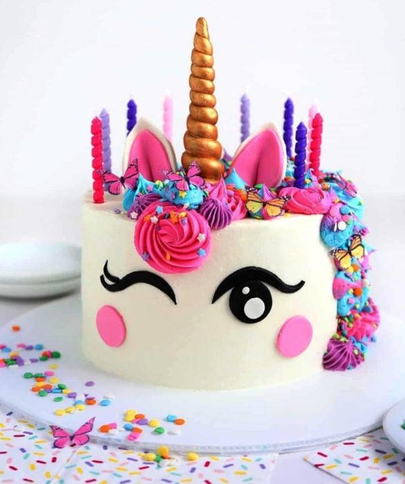 Pastel infantil de unicornio rosa para el Día del Niño