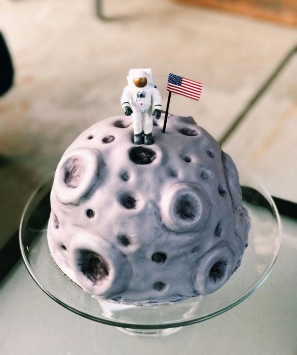 Pastel infantil de astronauta en la Luna para el Día del Niño