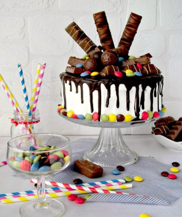 Pastel infantil de dulces y chocolates para el Día del Niño