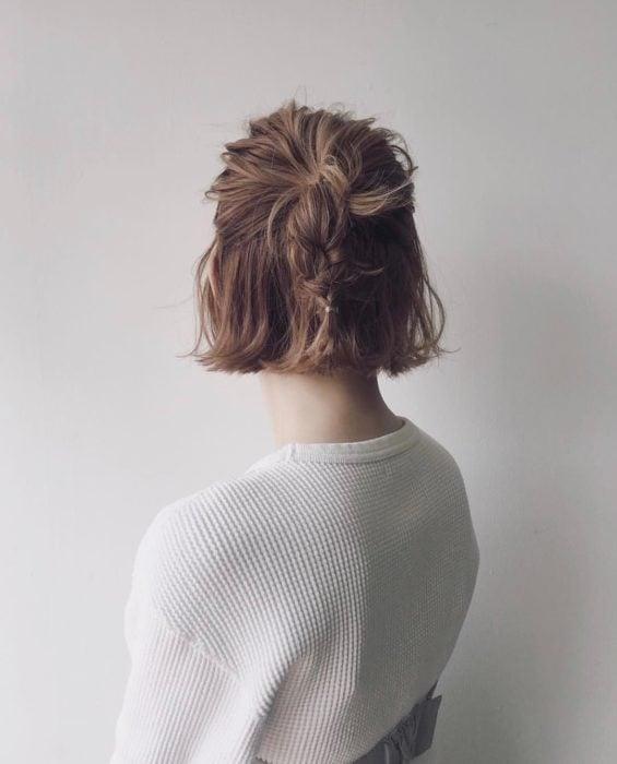 Peinado para cabello corto media coleta y trenza