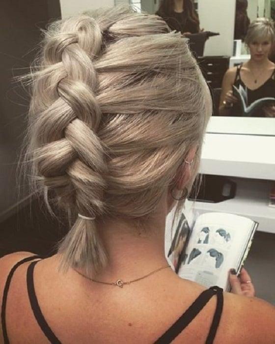 Peinado para cabello corto de una trenza