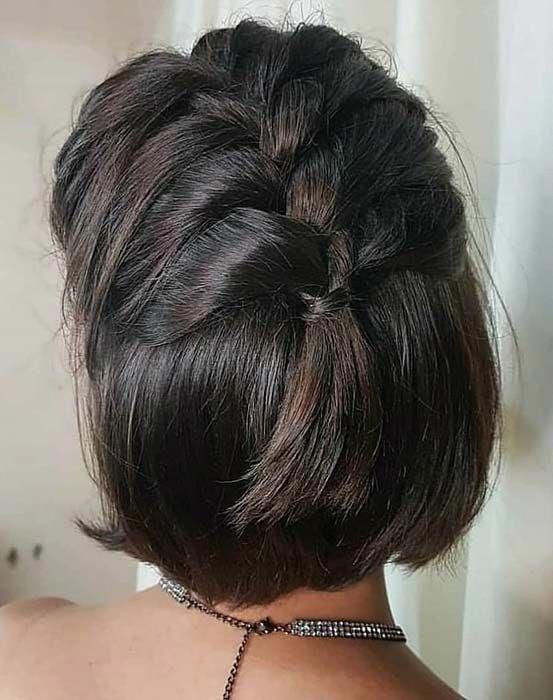 Peinado para cabello corto de medio recogido en trenza