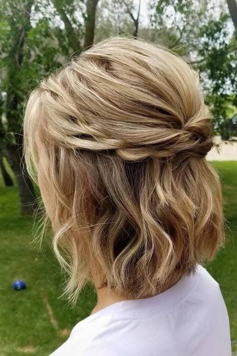 Peinado para cabello corto tipo corona