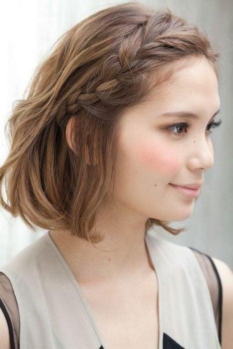 Peinado para cabello corto trenza casual de lado
