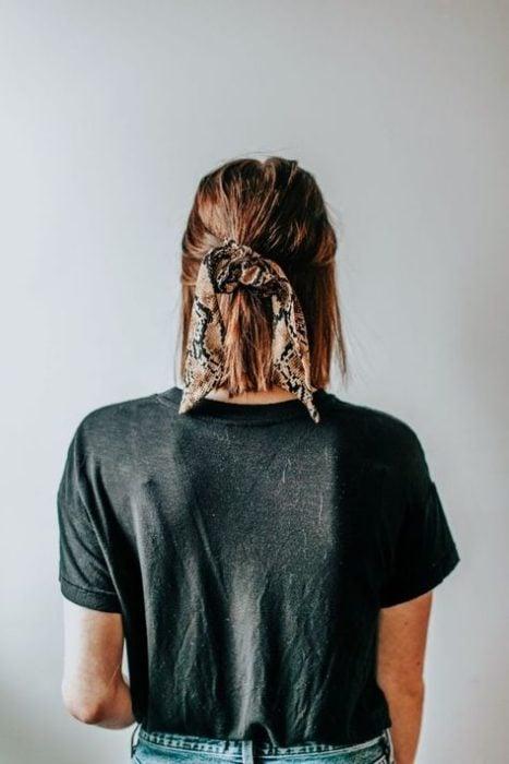 Chica con el cabello corto sujetado con una banda