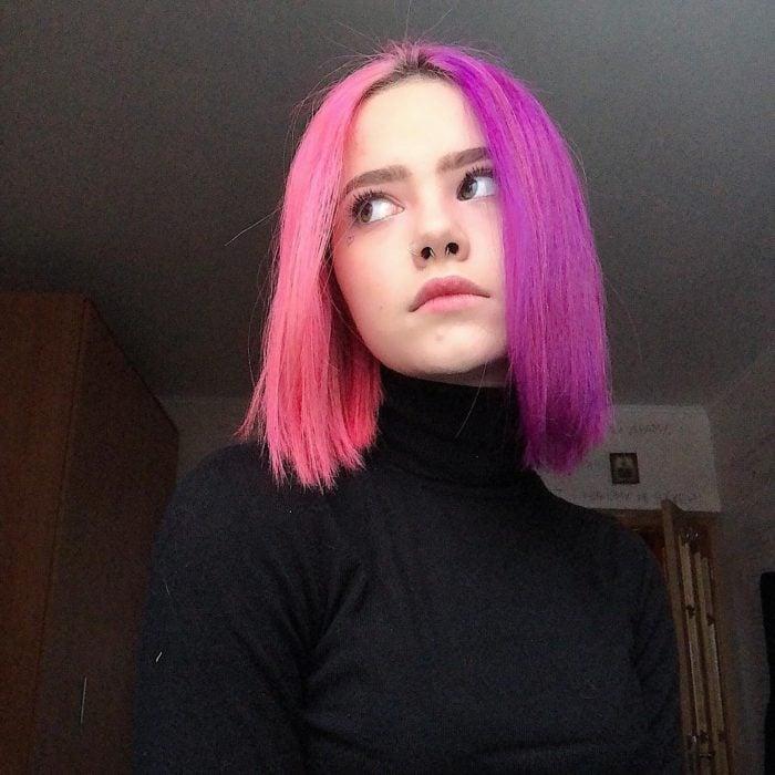 Chica con el cabello pintado de color rosa con morado