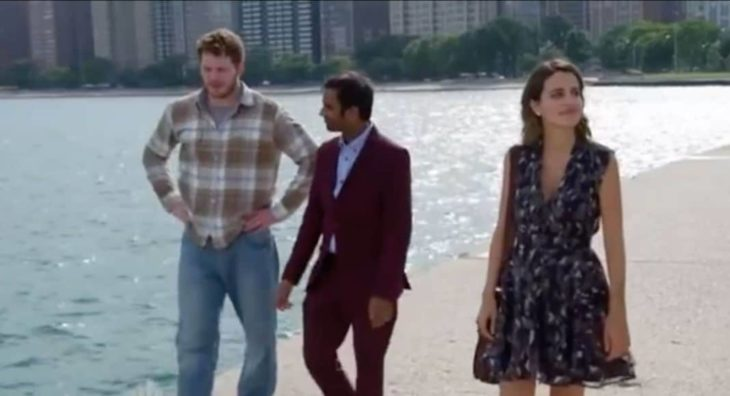 Escen de Parks and Recreatio Tom y Ana caminando por la playa