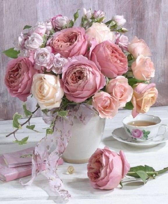 Maceta con de planta rosada llamada Peonías