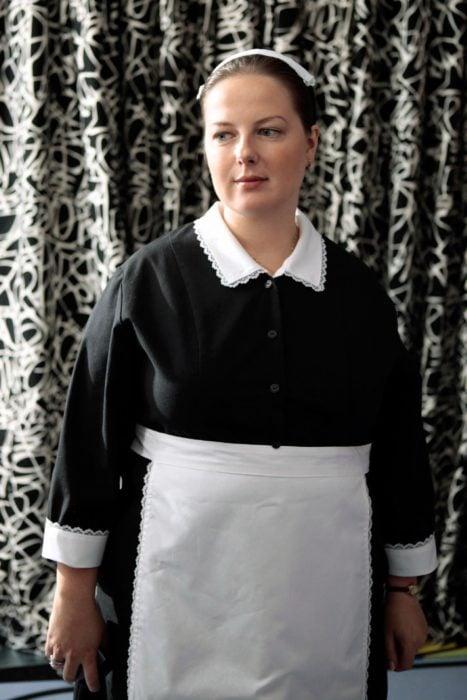 Dorota, personaje de la serie Gossip Girl usando su traje de sirvienta