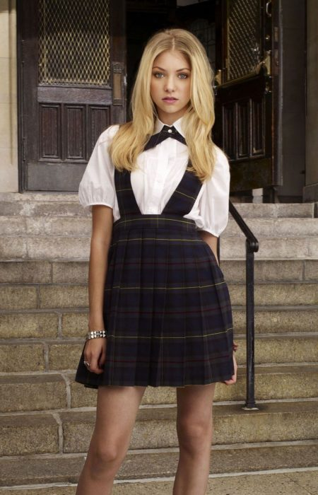 Jenny Humphrey usando el uniforme escolar de la serie Gossip Girl