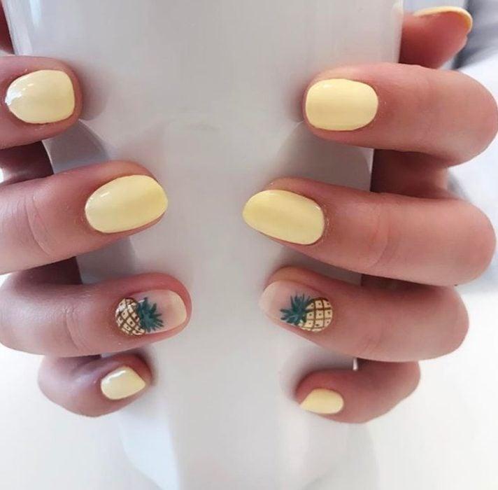 Diseño de manicure de piñas