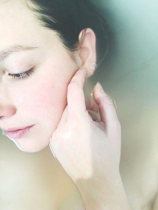 Chica con rojeces en la piel