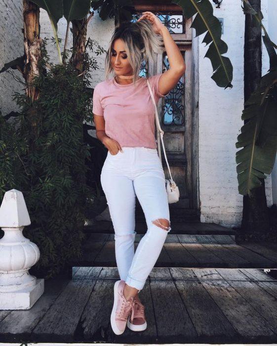 Chica usando camiseta básica rosa