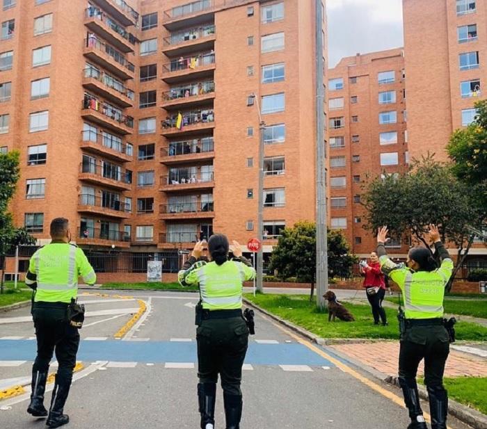 Policías de Colombia bailando y cantnado para animar a los ciudadanos