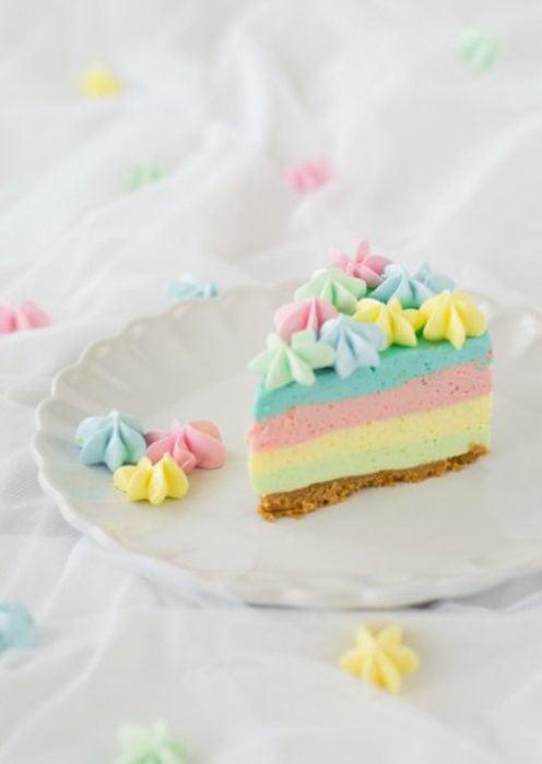 Pay arcoíris de mouse y helado de sabores