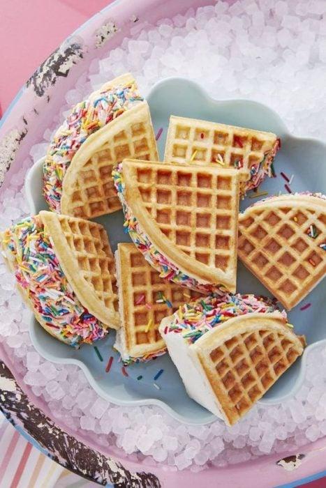 Sandwiches de helado con waffles