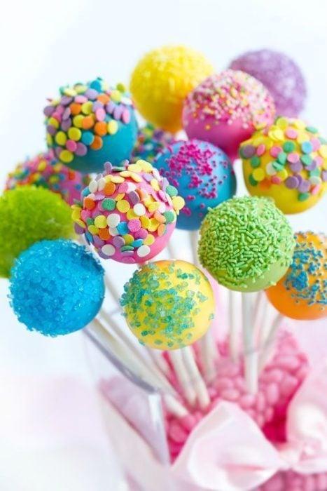 Cake pops de colores con confitería