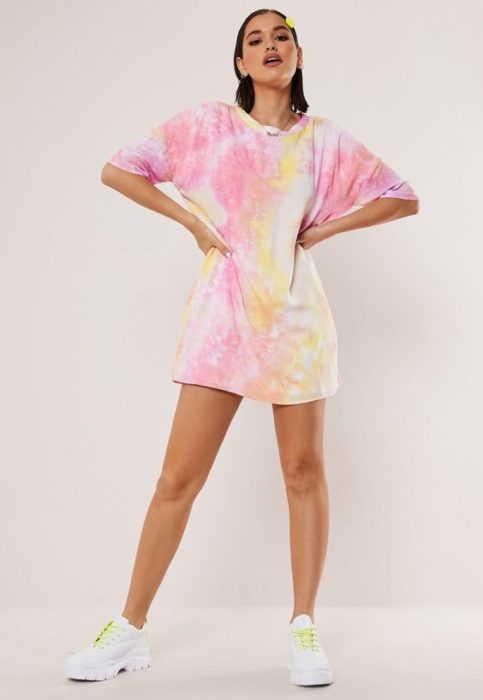 Modelo usa playera decolorada con tonos pastel color rosa y amarillo