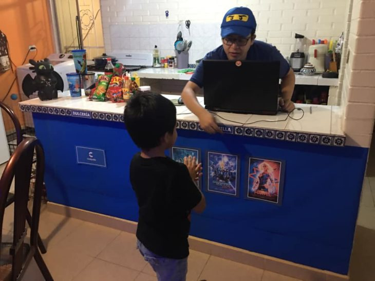 Papás hacen cine en casa para su hijo