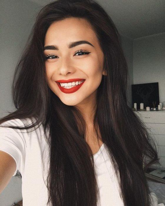 Chica usando labial rojo
