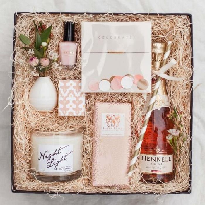 Caja de regalo con diferentes cosas