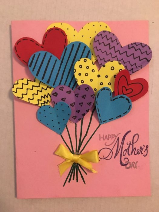 Tarjeta DIY para el día de las madres con corazones de colores