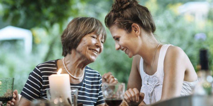 Madre e hija juntas conversando en el jardín
