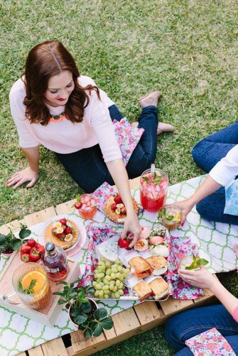 Madre e hija disfrutando de un día de picnic en el jardín de la casa