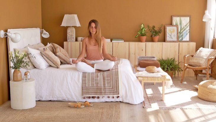 Chica meditando en su cama
