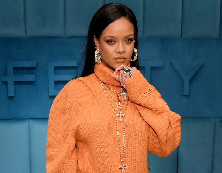 Rihanna con cabello lacio y suéter anaranjado, cantante dona dinero para coronavirus