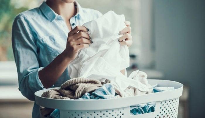 Mujer con canasto de ropa