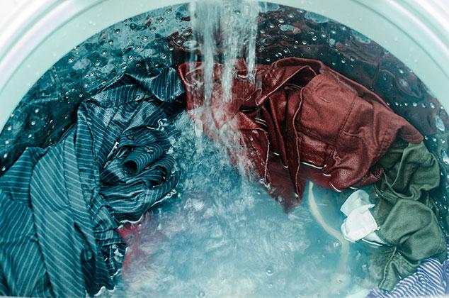 Ropa en el ciclo de lavado en lavadora
