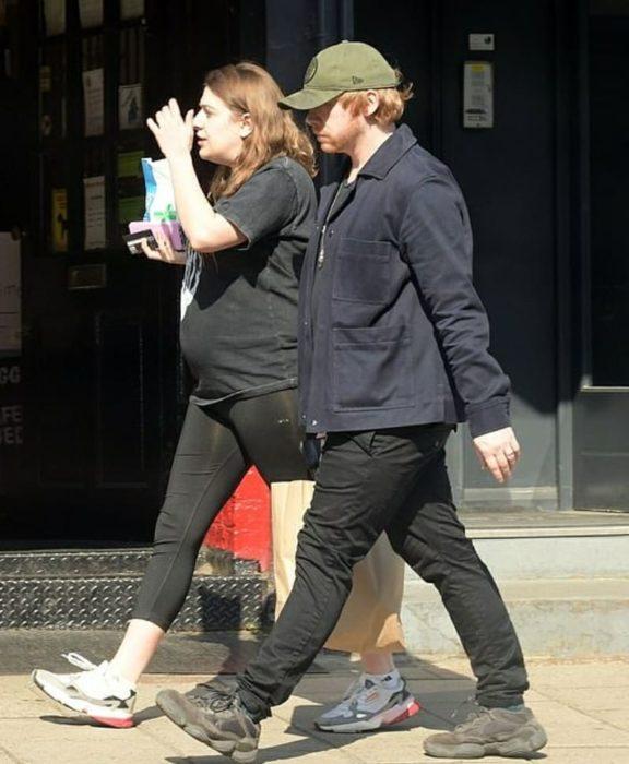 Rupert Grint y Georgia Groome caminando por las calles de New York tomados de la mano